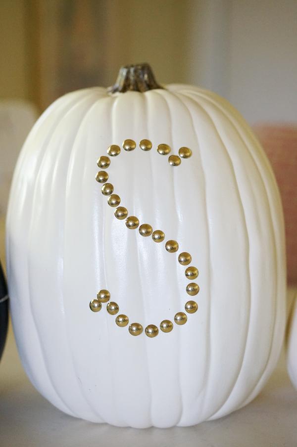 pumpkin-halloween-decoration-DIY-nailhead-upholstery-nails-pumpkin-thanksgiving-decor-005