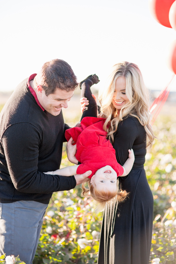phoenix-arizona-portrait-photographer-cotton-field-family-christmas-holiday-red-balloons-diana-elizabeth-photography-222