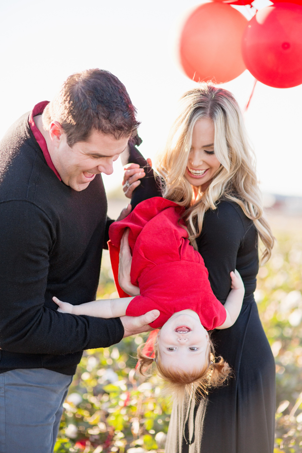 phoenix-arizona-portrait-photographer-cotton-field-family-christmas-holiday-red-balloons-diana-elizabeth-photography-223