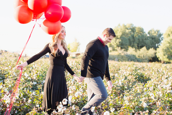 phoenix-arizona-portrait-photographer-cotton-field-family-christmas-holiday-red-balloons011