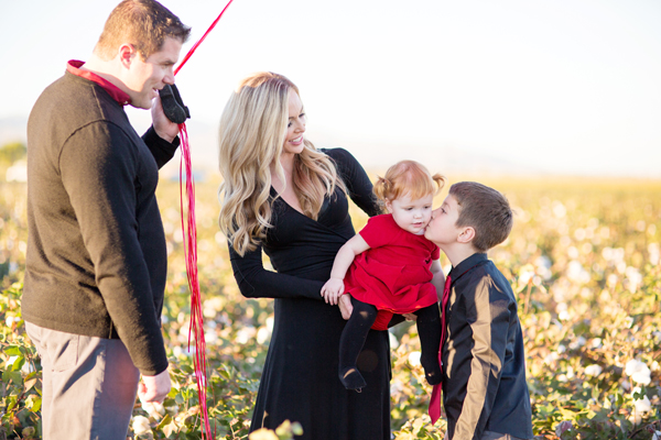 phoenix-arizona-portrait-photographer-cotton-field-family-christmas-holiday-red-balloons014