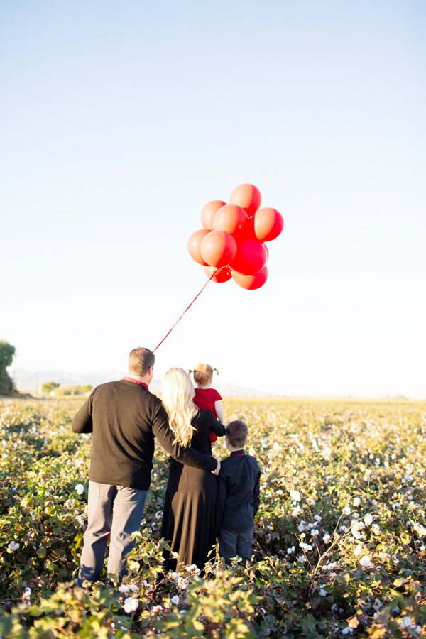 phoenix-arizona-portrait-photographer-cotton-field-family-christmas-holiday-red-balloons021