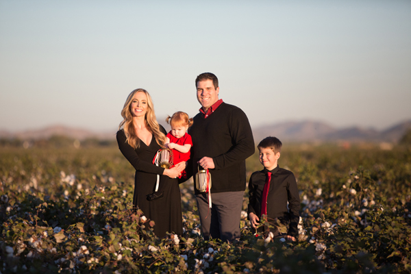 phoenix-arizona-portrait-photographer-cotton-field-family-christmas-holiday-red-balloons023