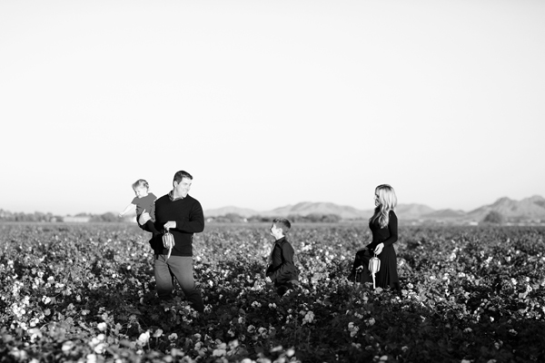 phoenix-arizona-portrait-photographer-cotton-field-family-christmas-holiday-red-balloons024