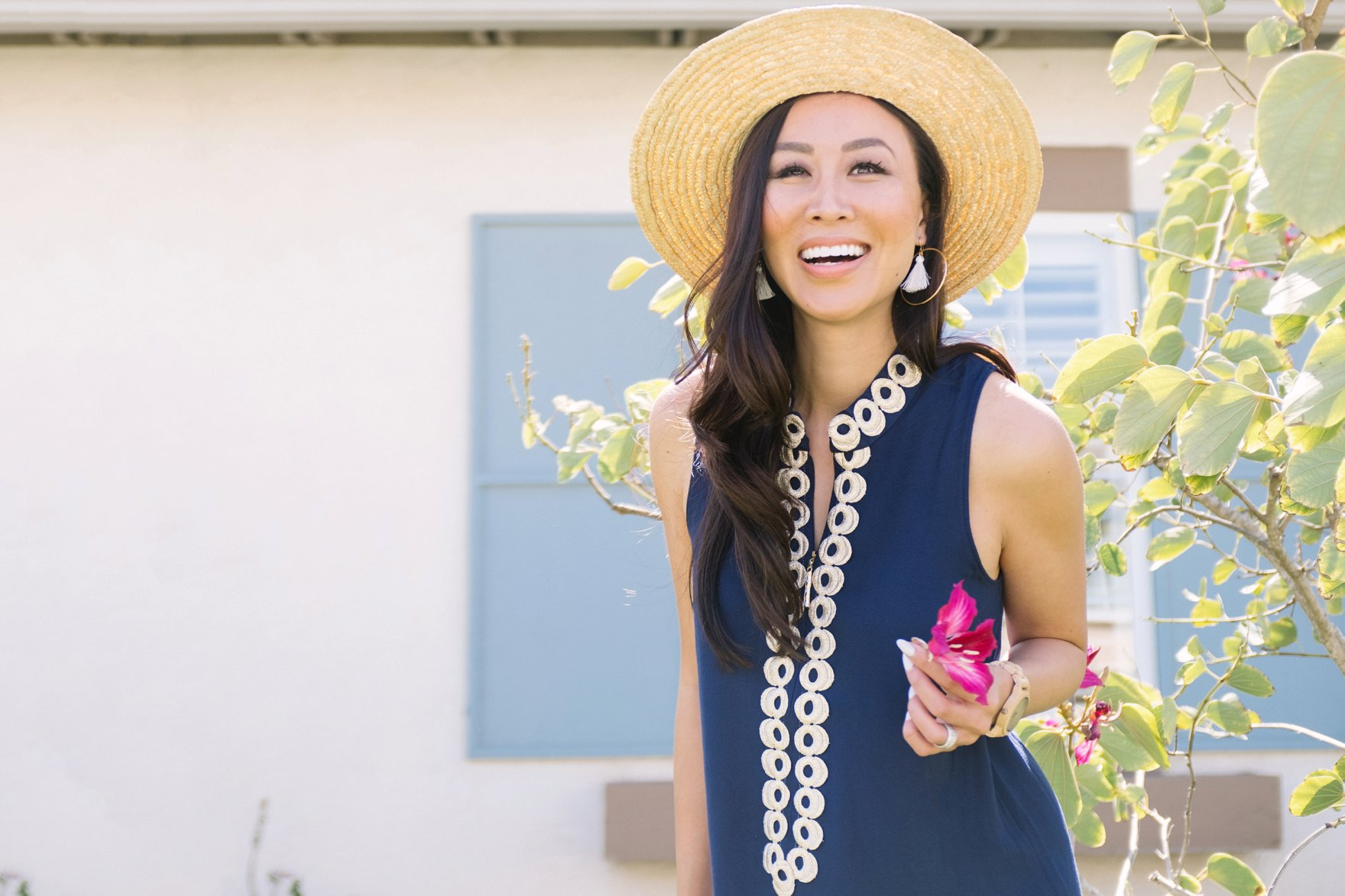navy Lilly pulitzer Jane shift dress with sunhat on blogger Diana Elizabeth in San Diego in front of a tulip tree