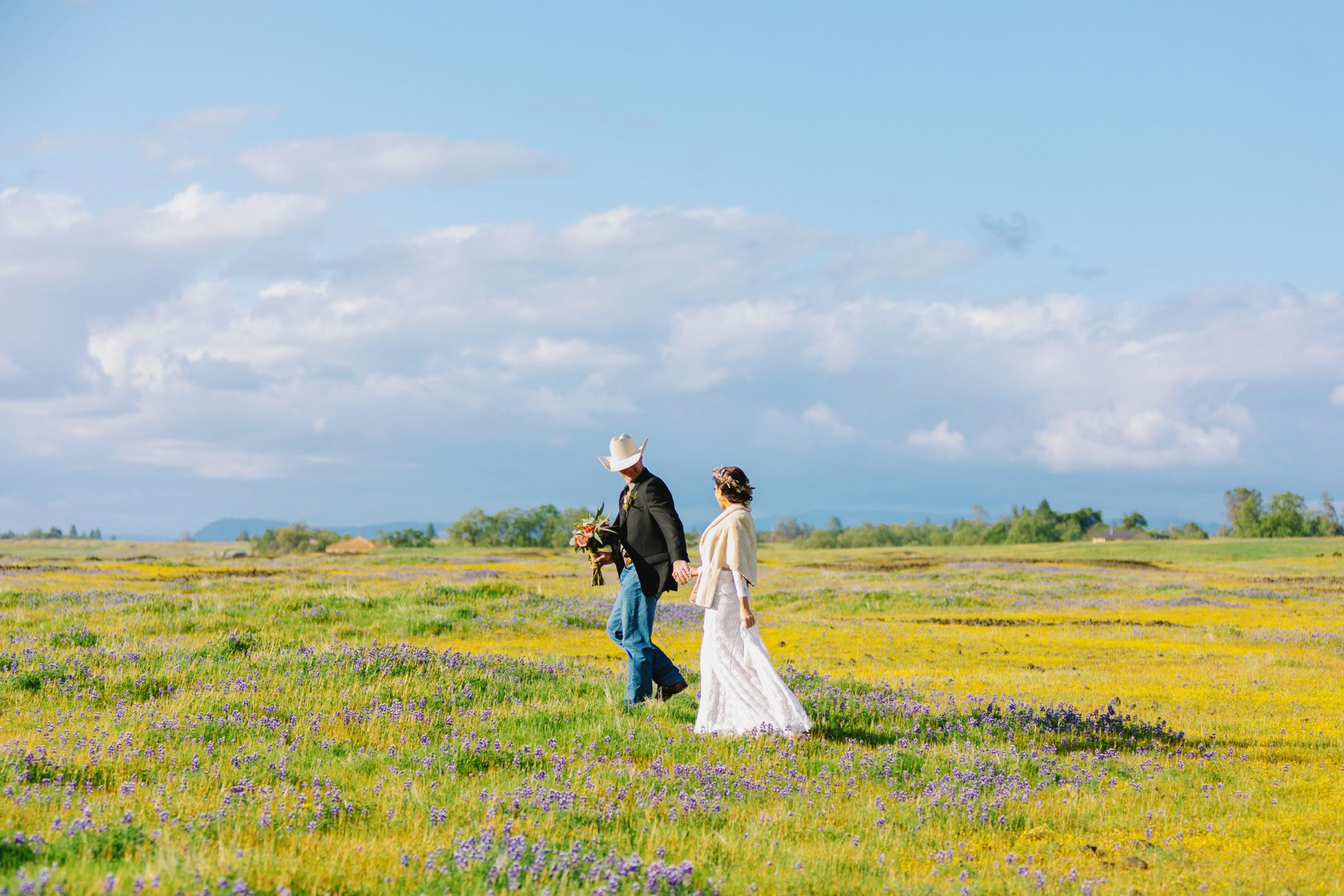 Cherokee / Oregon Gulch California // Cowboy wedding in northern california in open fields of flowers under an oak tree // Photography by Diana Elizabeth Photography www.dianaelizabeth.com