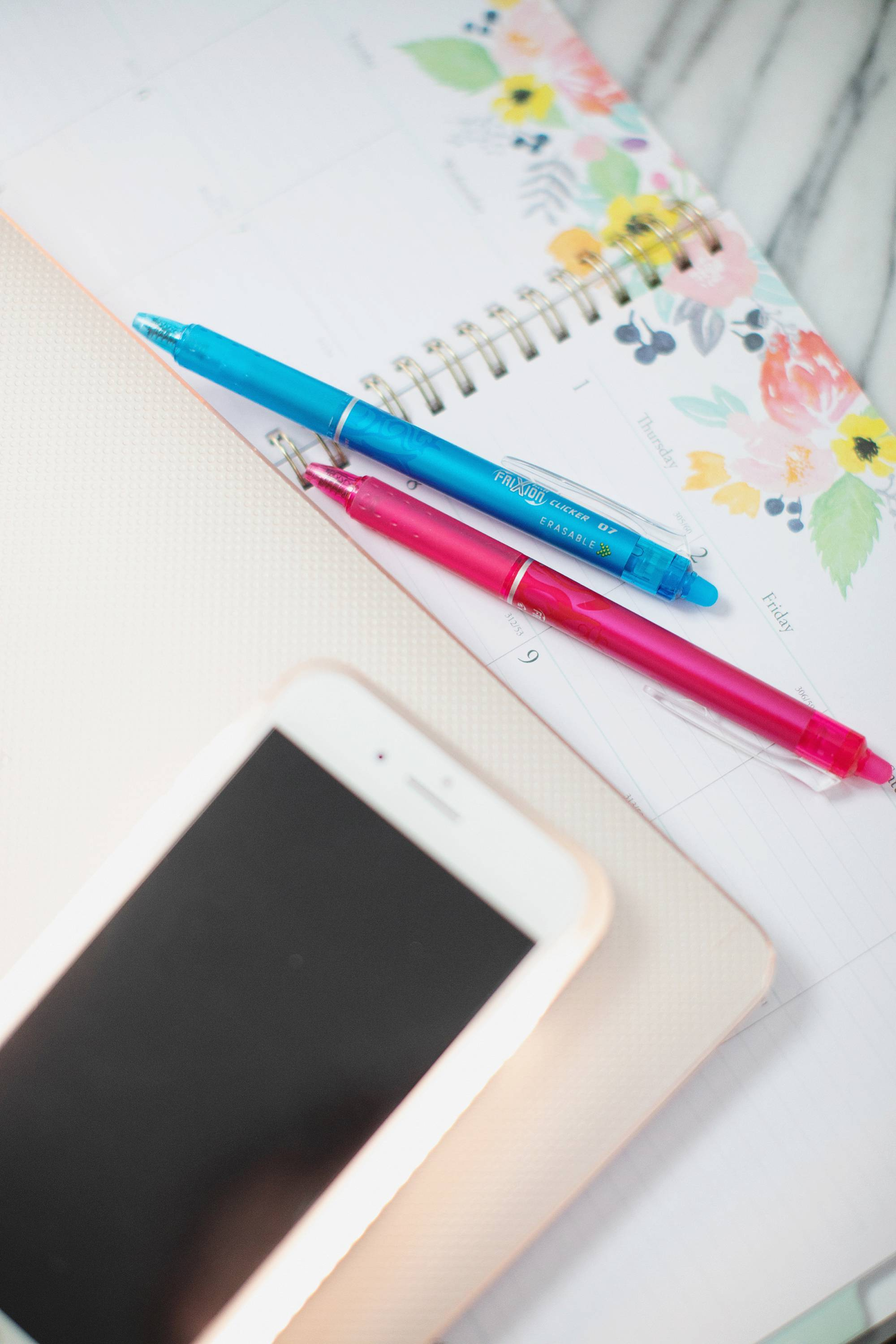 Favorite blogger desktop accessories and things to help with work like lumee cell phone case and mophie, erasable pens and planner