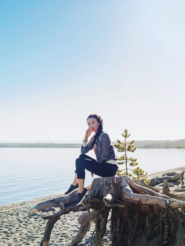 fit flop comfortable slides for travel and ergonomic shoes on blogger Diana Elizabeth phoenix travel blogger lifestyle at the Wyoming grand Tetons along the shore of Jenny lake sitting on log