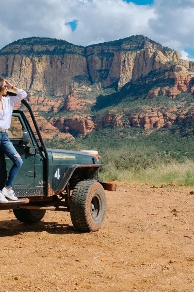 Sedona Jeep red rock tour safari at seven canyons wearing white linen top and white sneakers by FitFlop in jeep