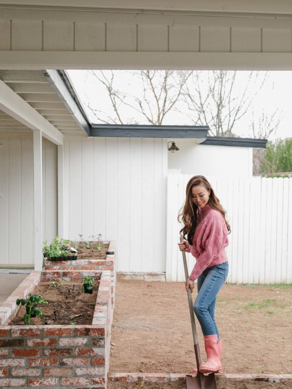 arizona Phoenix Arizona blogger Diana Elizabeth in pink sweater and pink hunter boots gardening