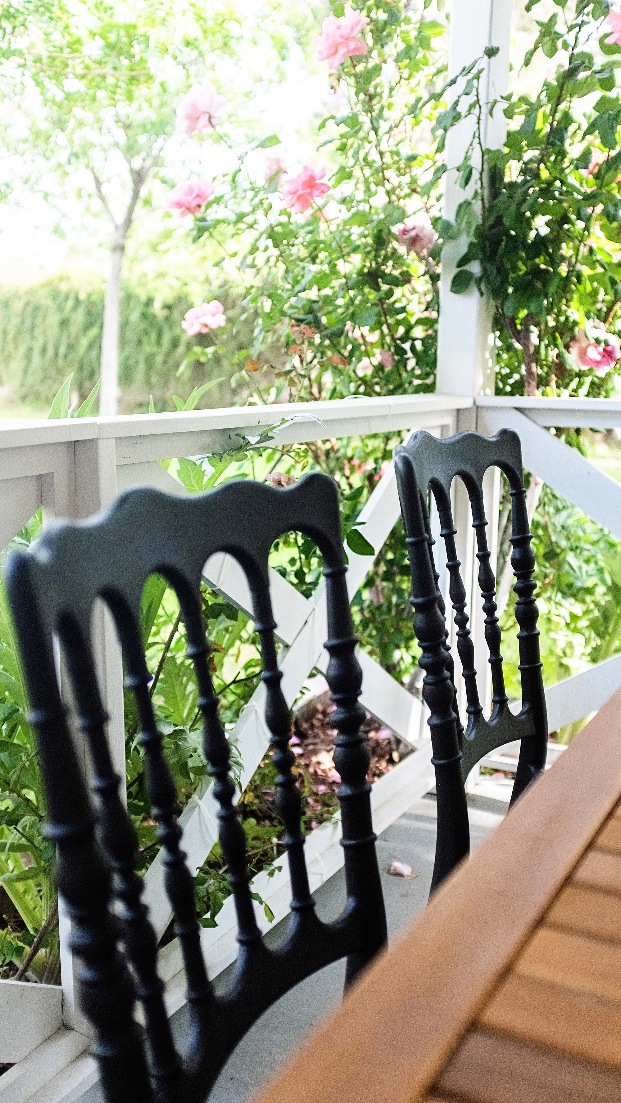 black plastic stackable chairs for patio garden comes in red and white